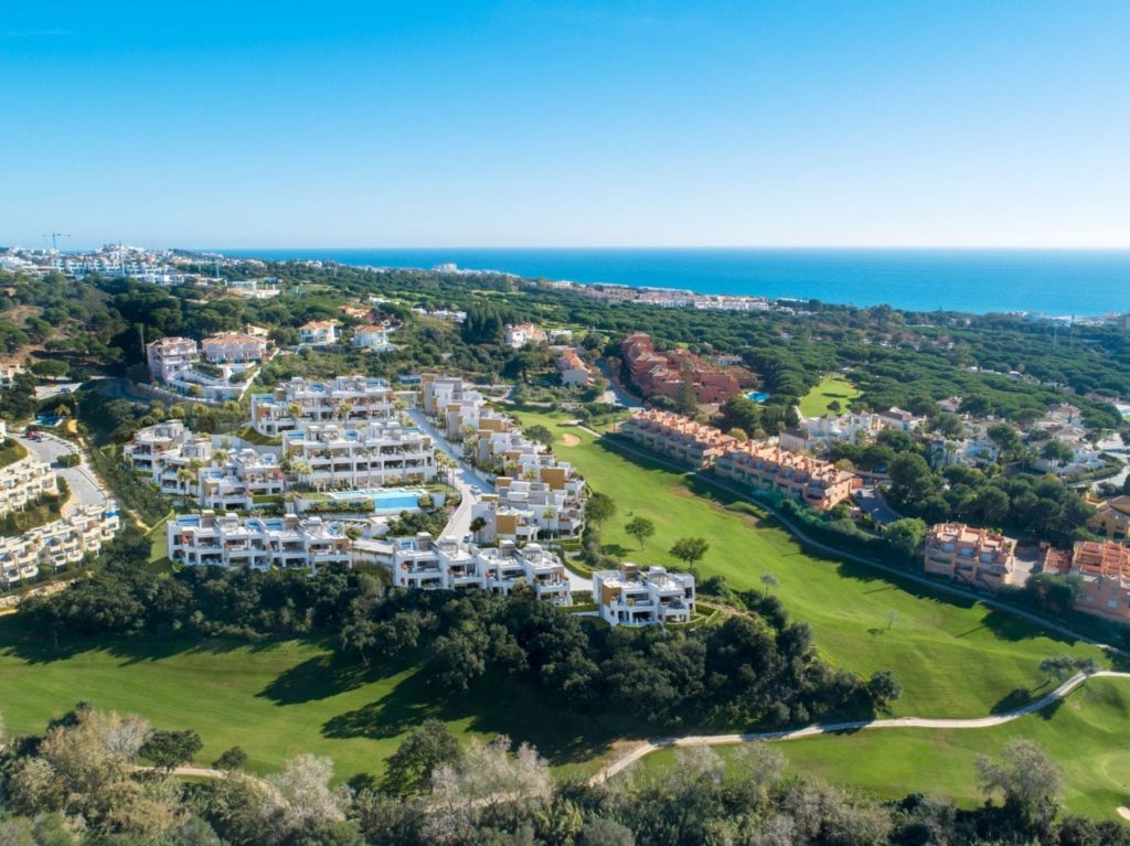 Artola Homes has an idyllic location, on the front line of the Cabopino Golf Course in Marbella. In addition, you have more than 70 golf courses along the Costa del Sol, with a magnificent structure and ideal climate, plus international schools, health centres and shopping malls
